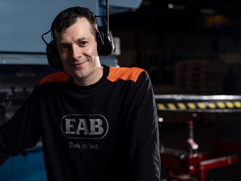 Arbetare med EAB tröja