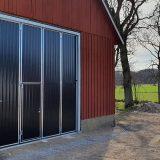 Svarta portar med infälld gångdörr