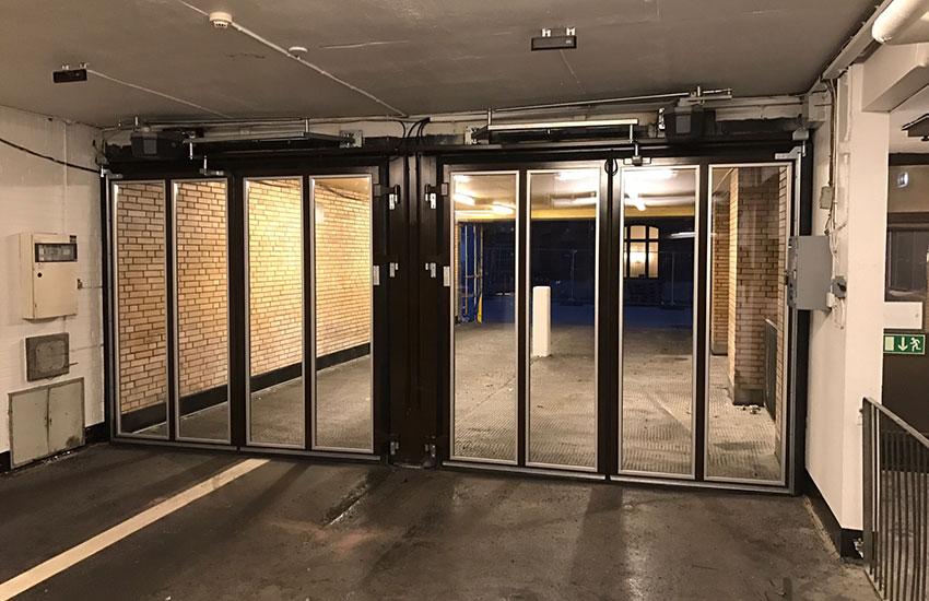 Helglasade portar med elfdrift i parkeringshus